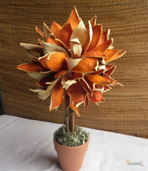 Alberello decorativo fatto con buccia di arancia essiccata